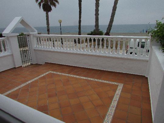 Casa amplia en primera linea de playa con vistas al mar